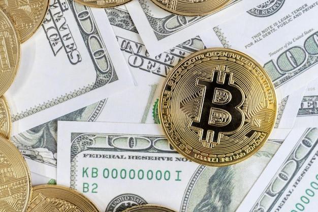 Moedas de ouro da criptomoeda bitcoin e notas de um dólar em segundo plano