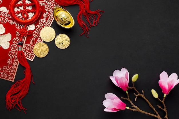 Moedas de ouro e magnólia ano novo chinês