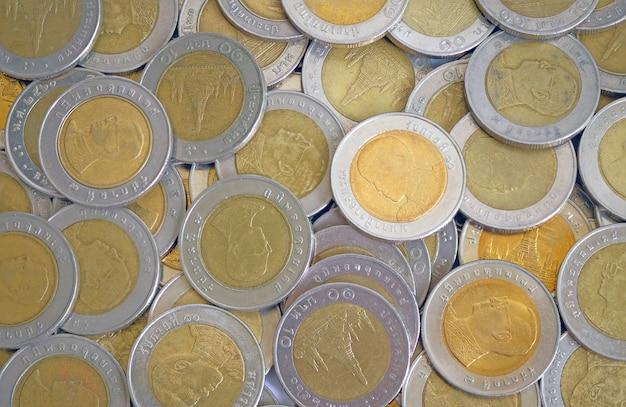 Moedas de ouro e prata dez baht em vista superior