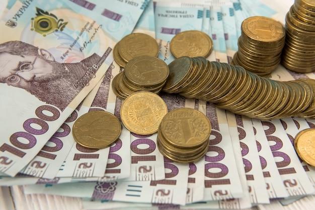 Moedas de ouro encontram-se nas notas. uah. dinheiro ucraniano. conceito de dinheiro e economia.