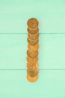 Moedas de ouro na placa de madeira