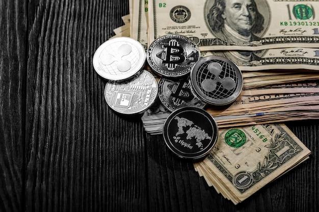 Moedas de prata e ouro com símbolo de bitcoin, ripple e ethereum na madeira