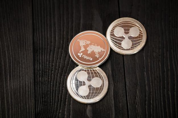 Moedas de prata ripple em madeira preta