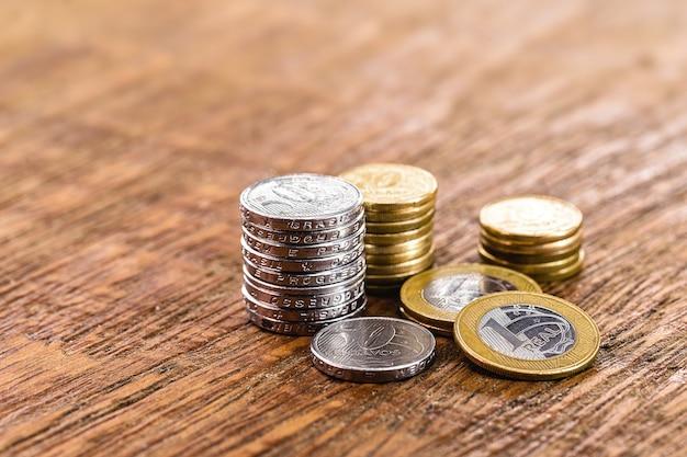 Moedas do brasil, pilha de 1 moedas reais, 50 centavos e outros valores. moedas de um real e cinquenta centavos do brasil