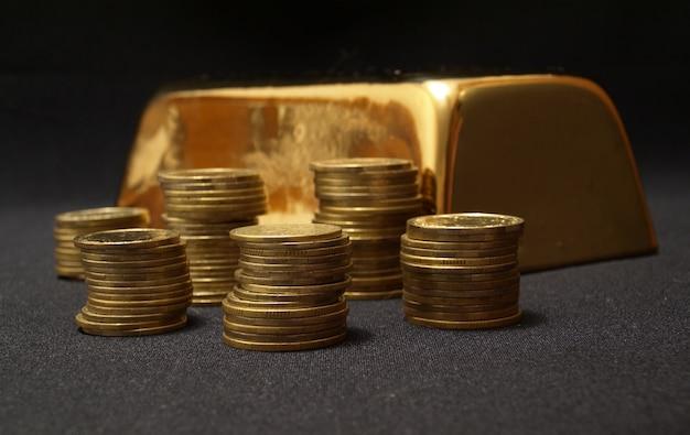 Moedas e barra de ouro