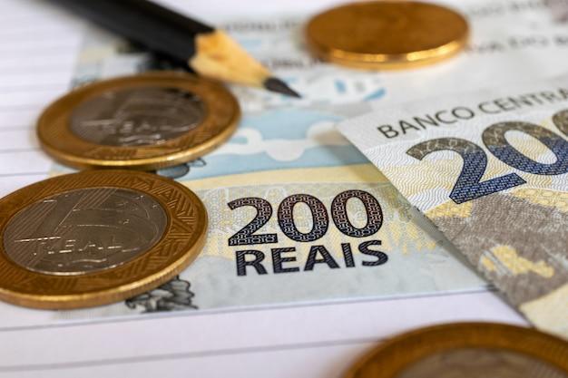 Moedas e notas de dinheiro brasileiro sobre a mesa