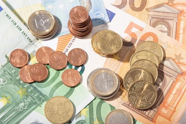 Moedas e notas de dinheiro em euros