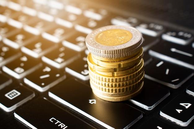 Moedas em ascensão no teclado conceito de negócio finanças