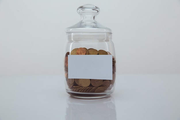 Moedas em um banco com espaço para texto. conceito de economia e dinheiro