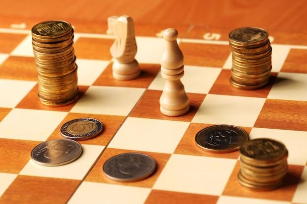Moedas em um tabuleiro de xadrez. conceito de finanças. conceito de dinheiro