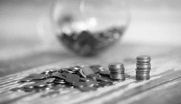 Moedas em uma jarra no chão. moedas acumuladas no chão. poupança de bolso em pilhas.