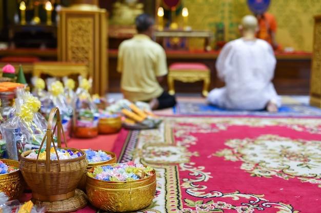 Moedas embrulhadas para ordenação budista