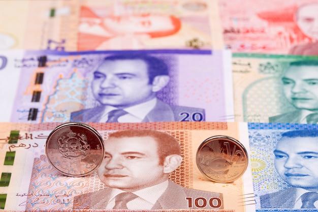 Moedas marroquinas no fundo de dinheiro