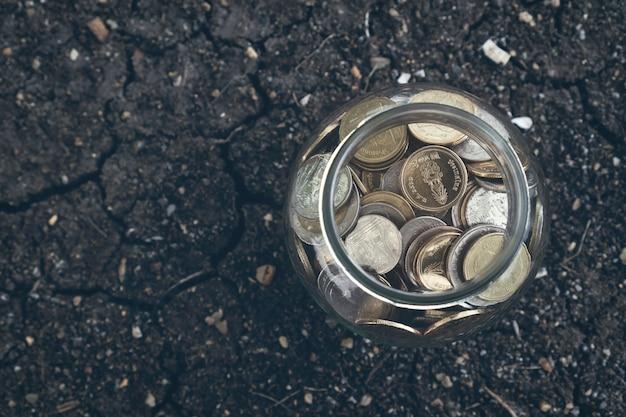 Moedas na garrafa, conceito crescente do dinheiro e o sucesso do objetivo.