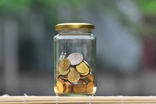 Moedas na garrafa - conceito financeiro