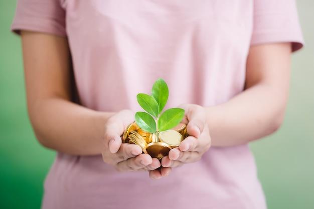 Moedas na mão, economizando, negócios crescem conceito