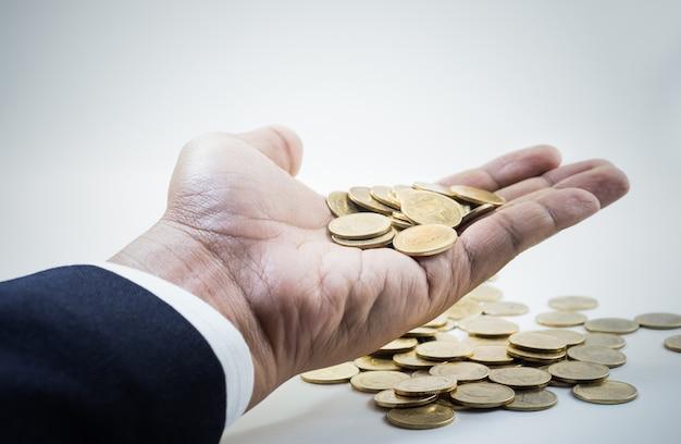 Moedas na mão masculina. para negócios e conceito financeiro.