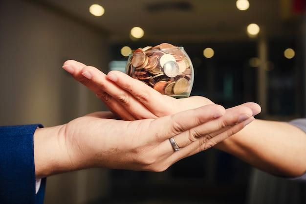 Moedas nas mãos. economizando dinheiro conceito