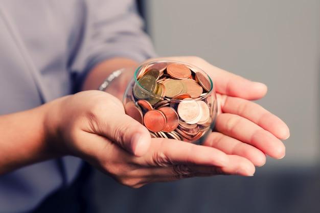 Moedas nas mãos salvando o conceito de dinheiro