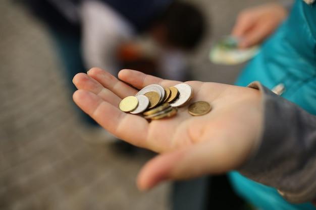 Moedas nas mãos, salvando o conceito de dinheiro
