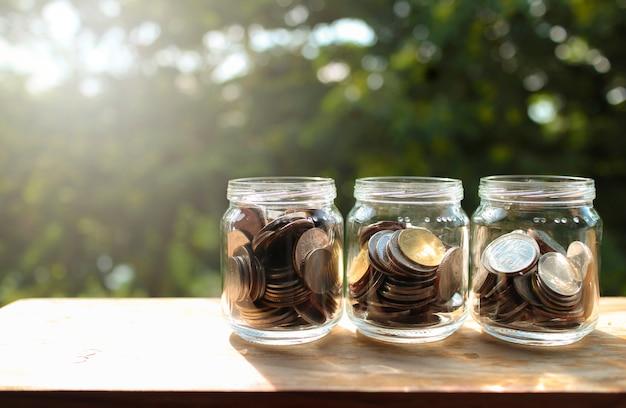 Moedas no vidro, finanças do negócio e economia crescendo acima conceito.