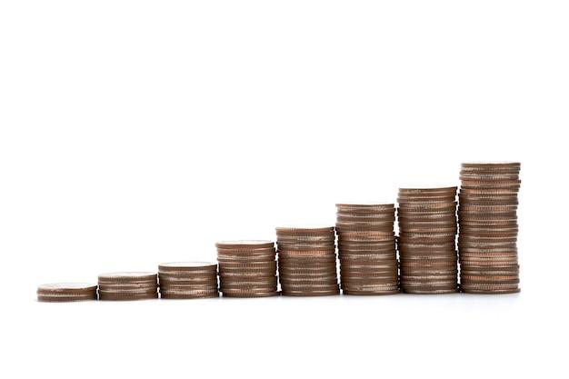 Moedas que empilham no fundo branco que é símbolo da economia para o conceito do dividendo e do investimento. isolado com trajeto de grampeamento.