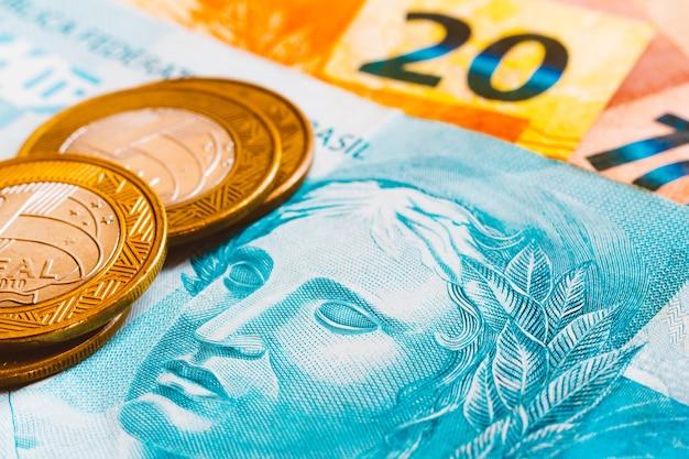 Moedas reais brasileiras, com tom dourado. notas de dinheiro brasileiras