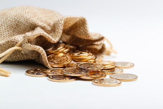 Moedas rmb douradas no saco de pano