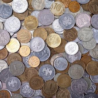 Moedas russas, rublos e copeques. moedas de metal russas: 10, 5, 2, 1 rublo, 50 10 5 copeques, close-up. plano de fundo das moedas.