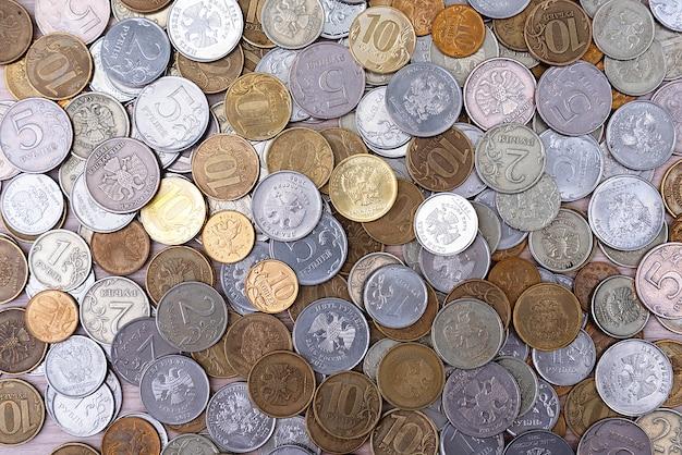 Moedas russas rublos e copinhos de dinheiro de metal.