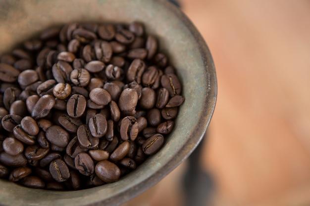 Moedor de café com grãos de café dentro