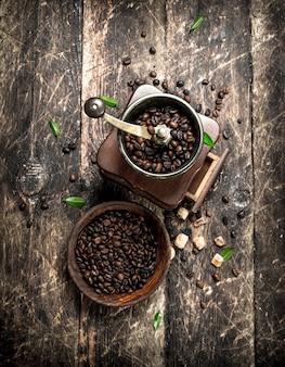 Moedor de café com grãos de café