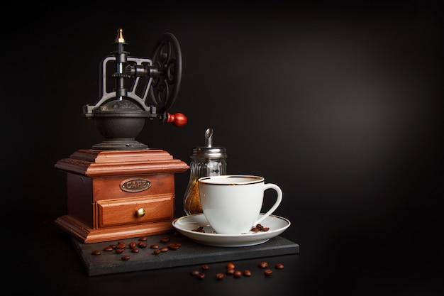 Moedor de café e copo