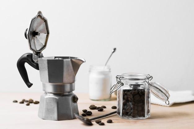 Moedor de café e grãos de café vista frontal