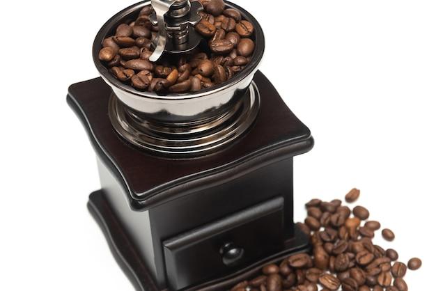 Moedor de café manual retrô em fundo branco