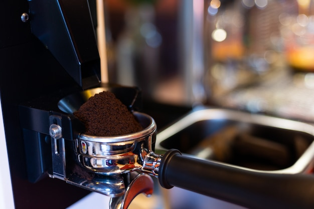 Moedor de café no café.