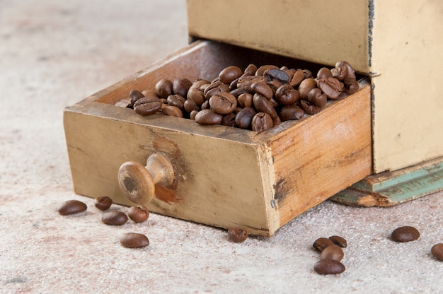 Moedor de café velho em fundo de concreto.