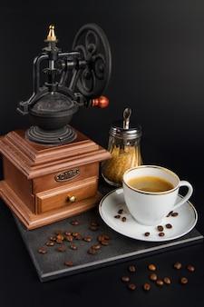 Moedor de madeira com xícara de café