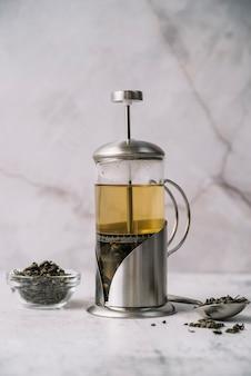 Moedor de vista frontal com chá delicioso