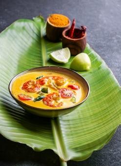 Moilee de camarão, deliciosa sopa de camarão ao curry do sul da índia com limão