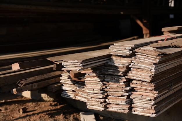 Moinho da madeira serrada com completamente do armazém das madeiras do corte. fábrica e produção. indústria ambiental