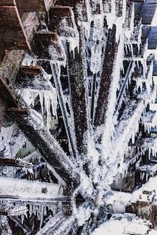 Moinho de água com blocos de gelo