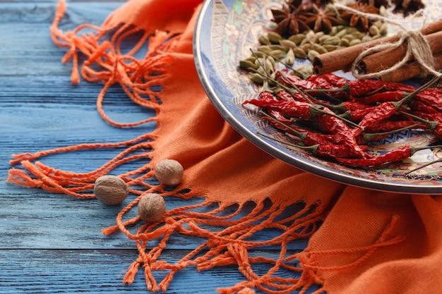Moinho de especiarias e várias ervas aromáticas no prato