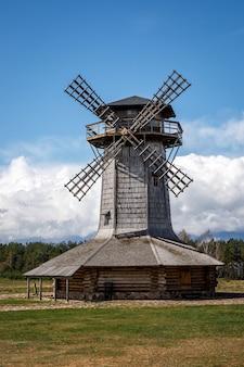 Moinho de madeira na aldeia.