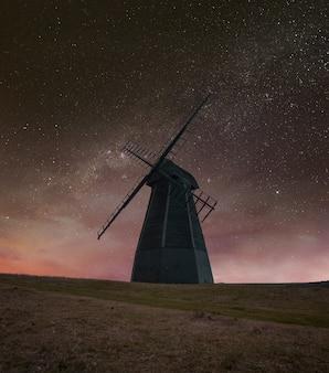 Moinho de vento à noite