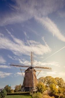 Moinho de vento de madeira no fundo do céu azul. moinho de vento