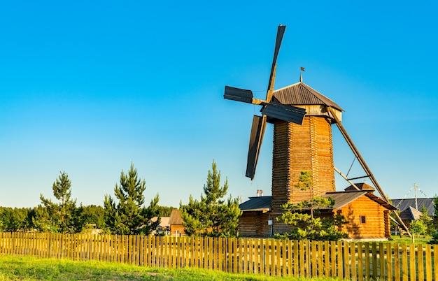Moinho de vento de madeira tradicional em bolgar. no tartaristão, rússia