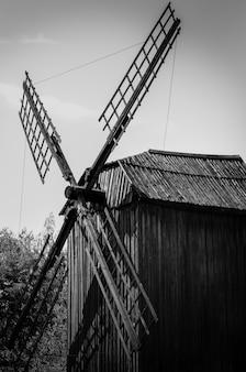 Moinho de vento de madeira velho na vila