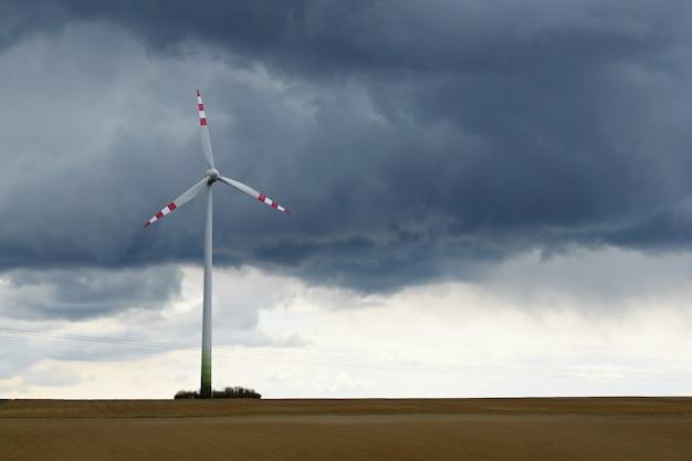 Moinho de vento em um campo