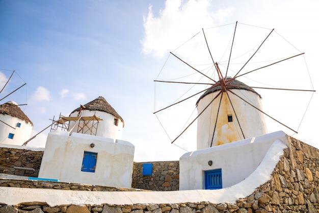 Moinho de vento em uma colina perto do mar na ilha de mykonos, grécia